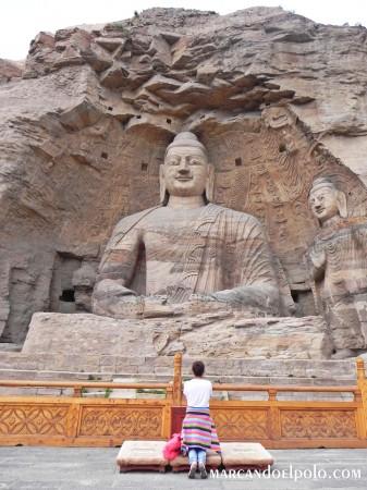 Budismo - devota en Cuevas Yungan, China
