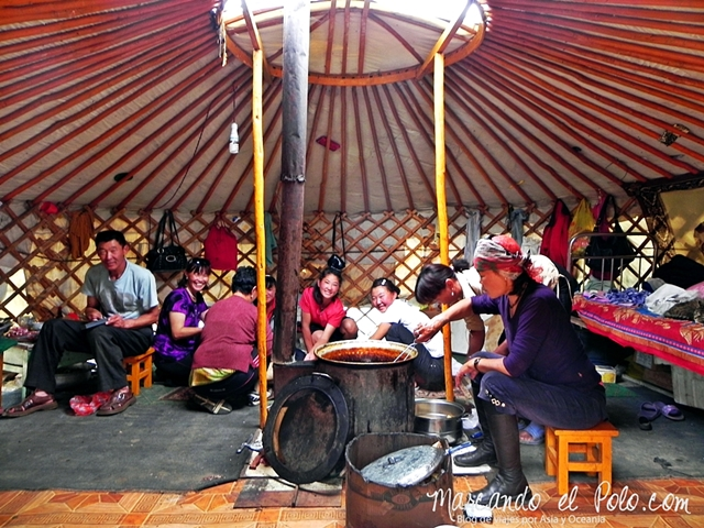 Viajar a Mongolia - interior de ger