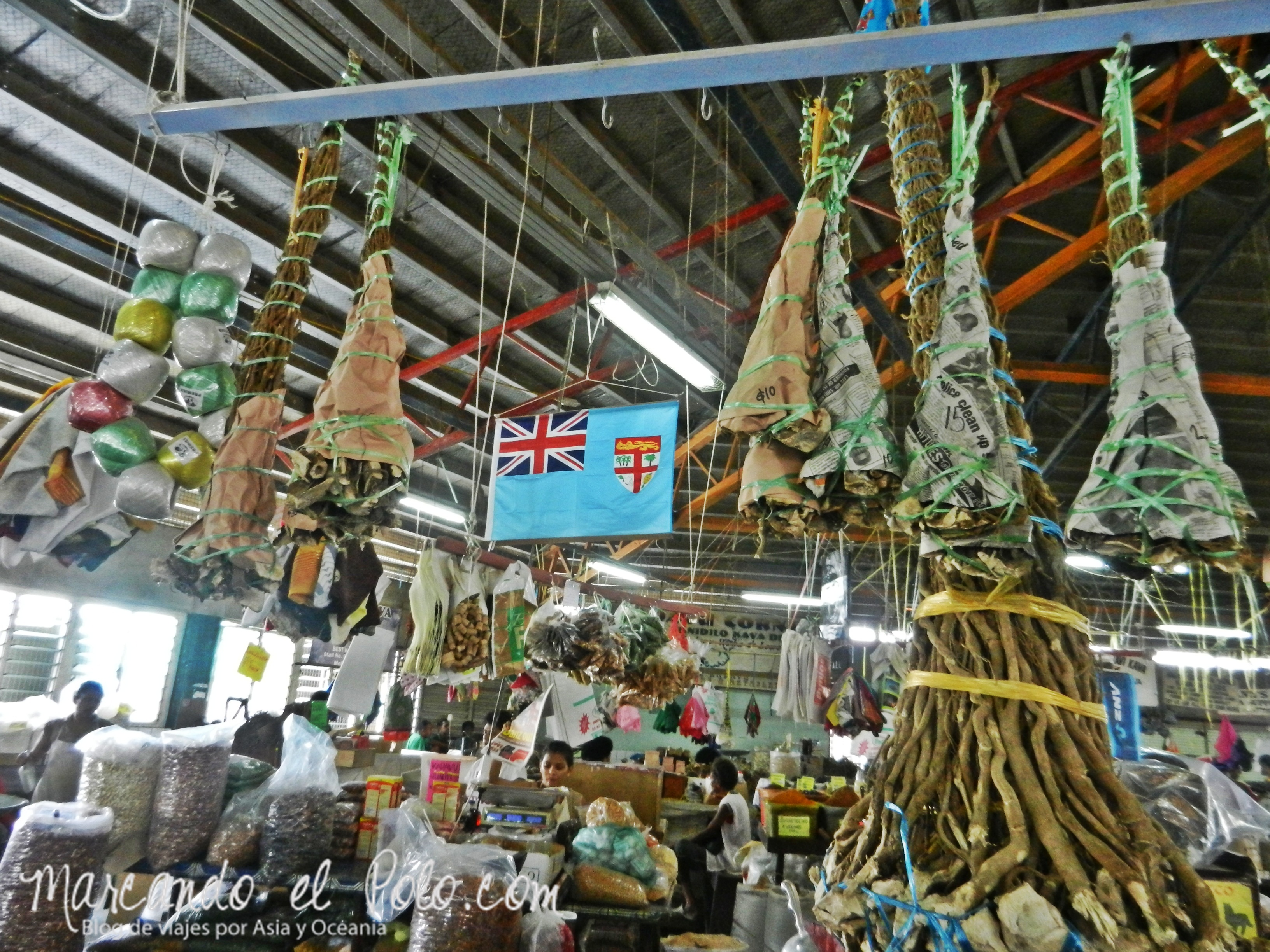 Kava en Fiyi: Pirámides de raíces de kava en el mercado de Suva.