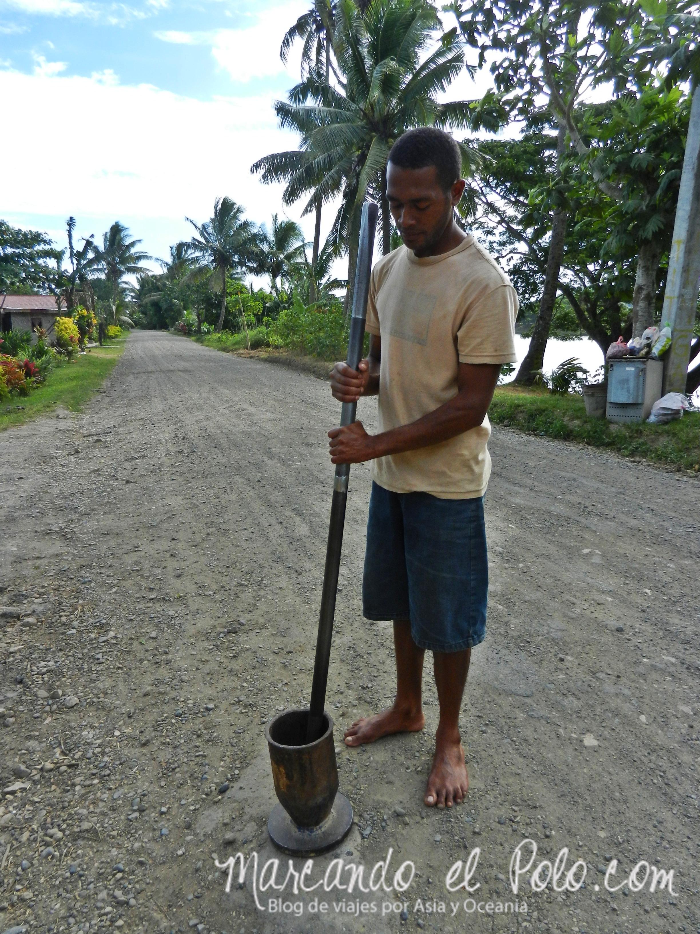 Kava en Fiyi: Machacando las raíces