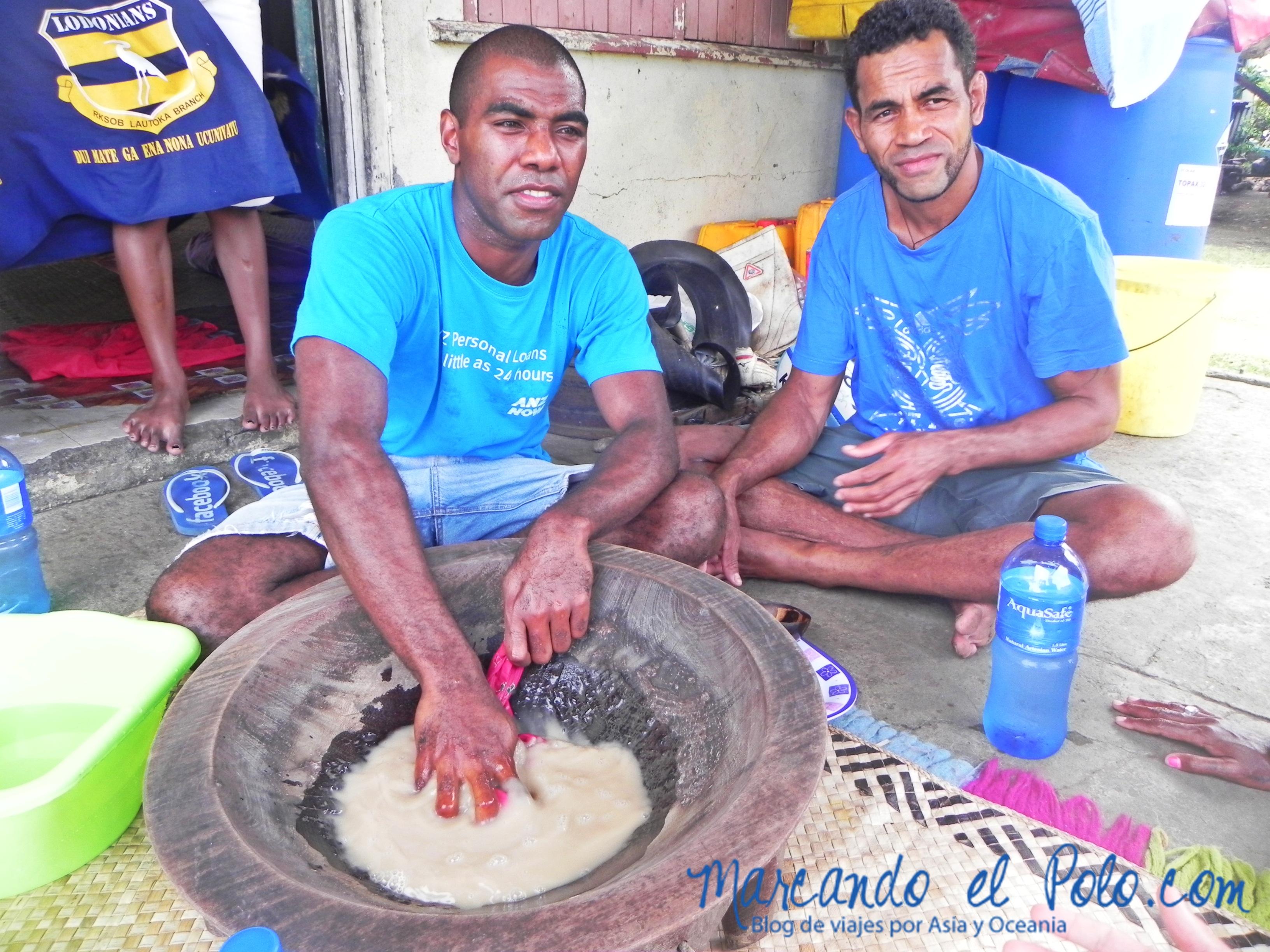 Kava en Fiyi: Artesanos preparando la kava.