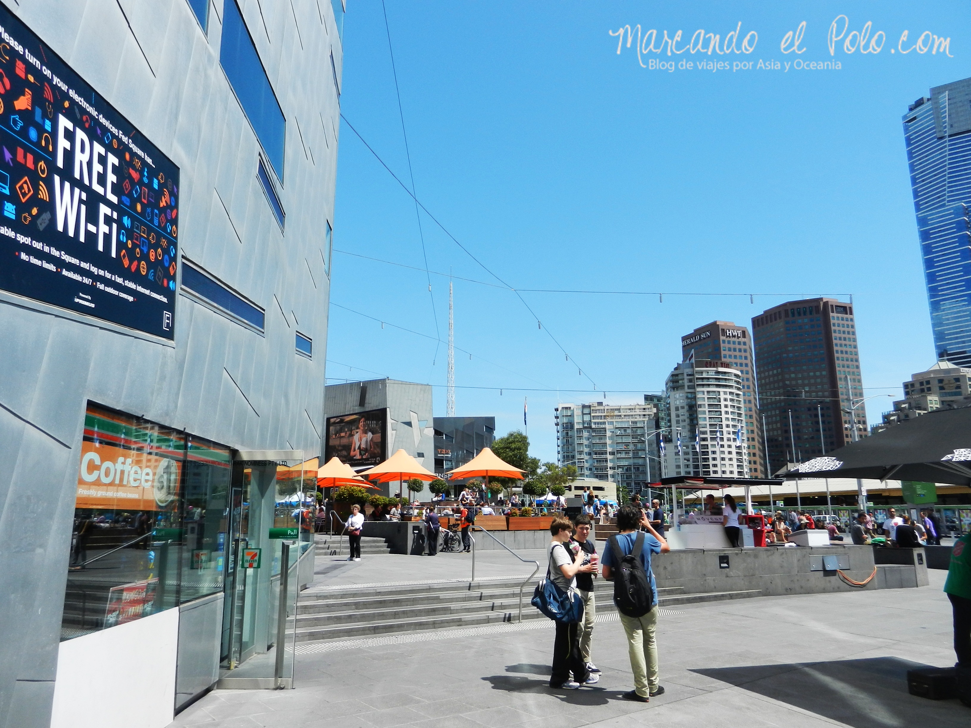 Viajar barato por Melbourne: Wifi gratuito en Federation Square.