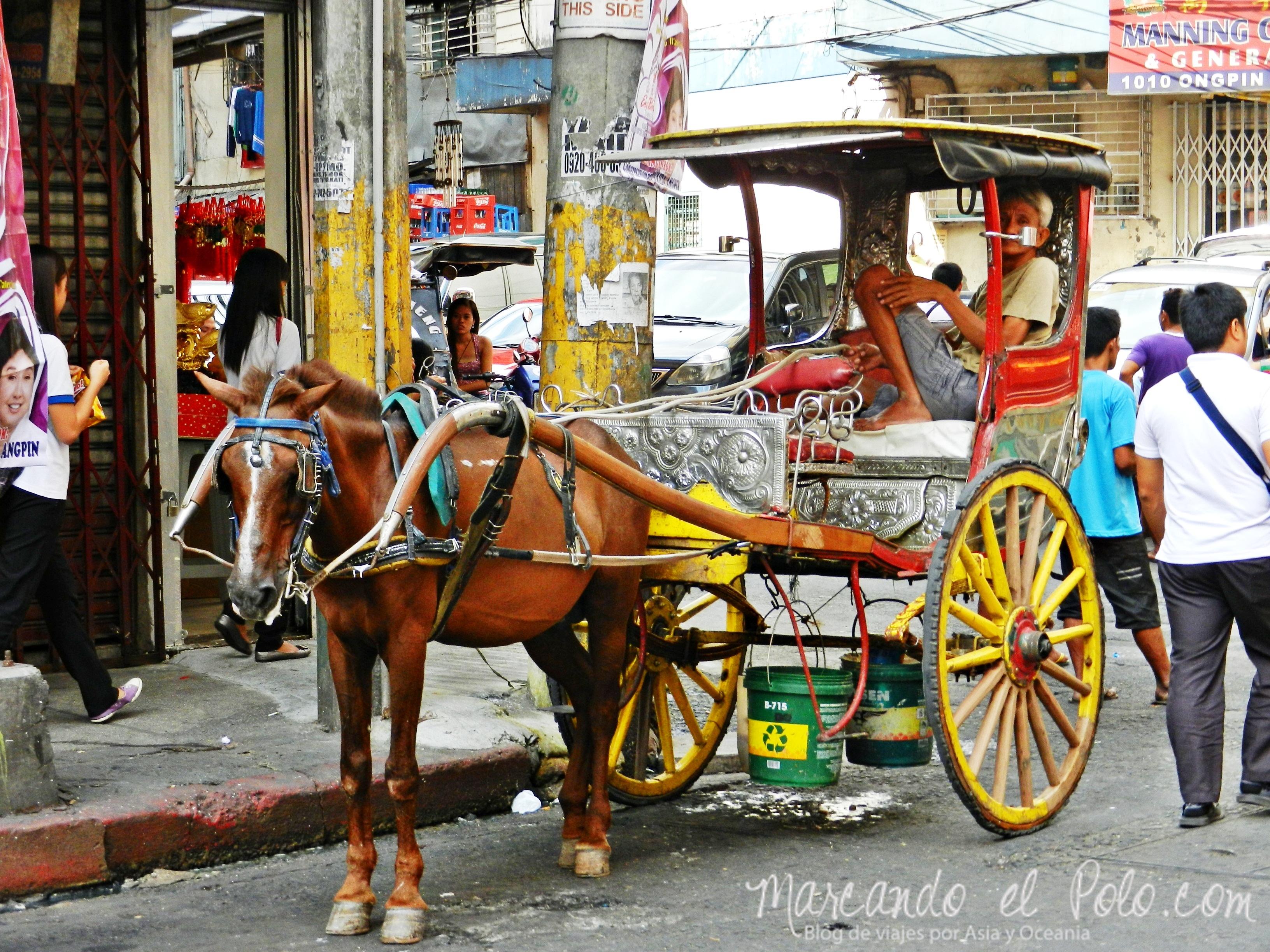 Calesas en las calles de Manila, Filipinas.
