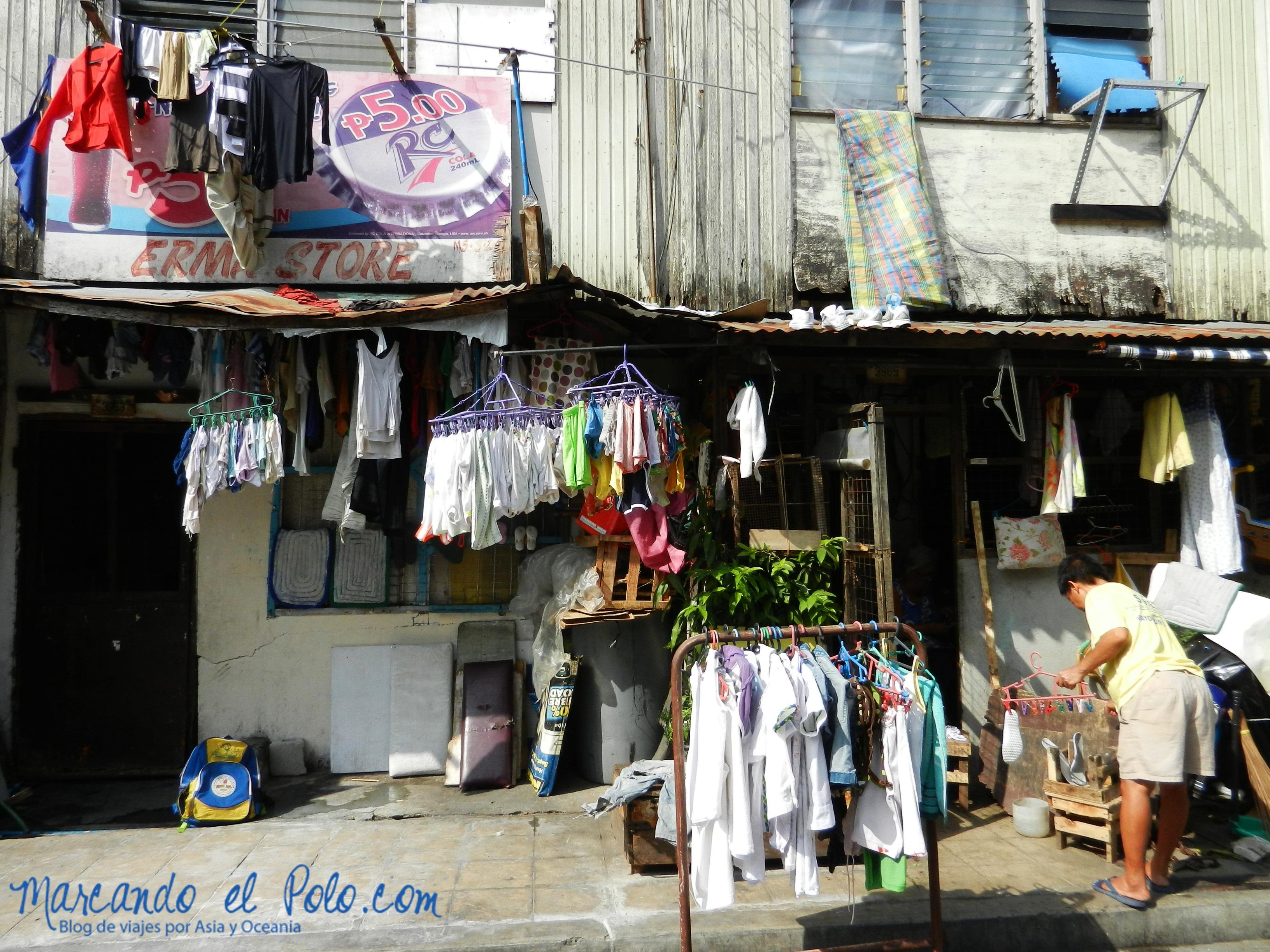 Ropa tendida en un barrio de Manila, Filipinas
