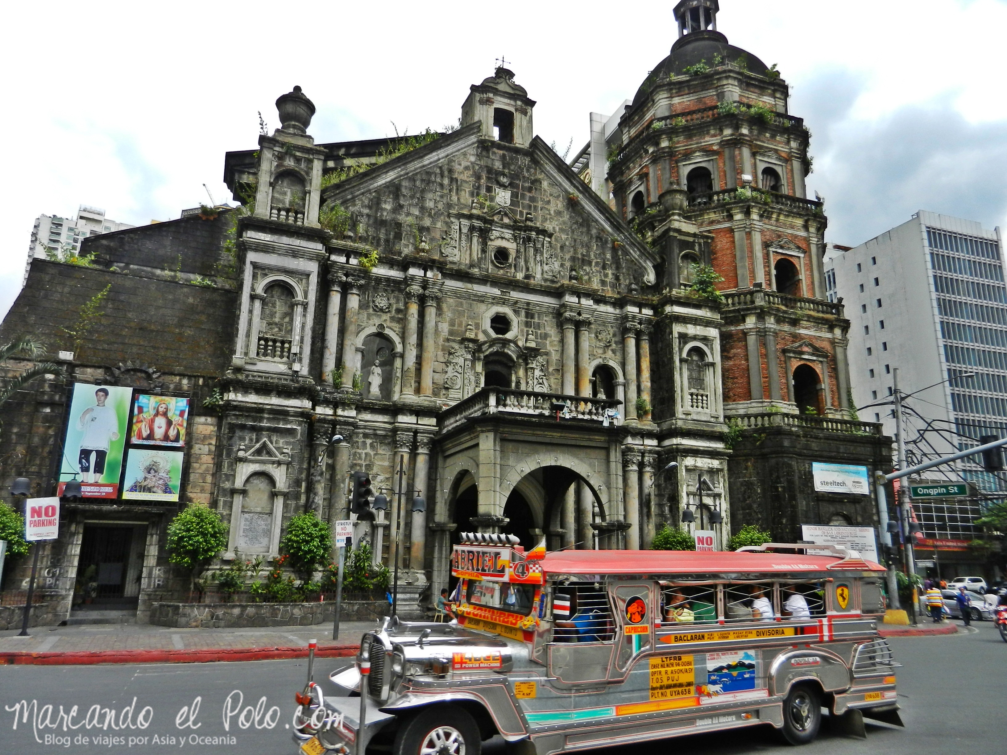 Jeepney por las calles de Manila.