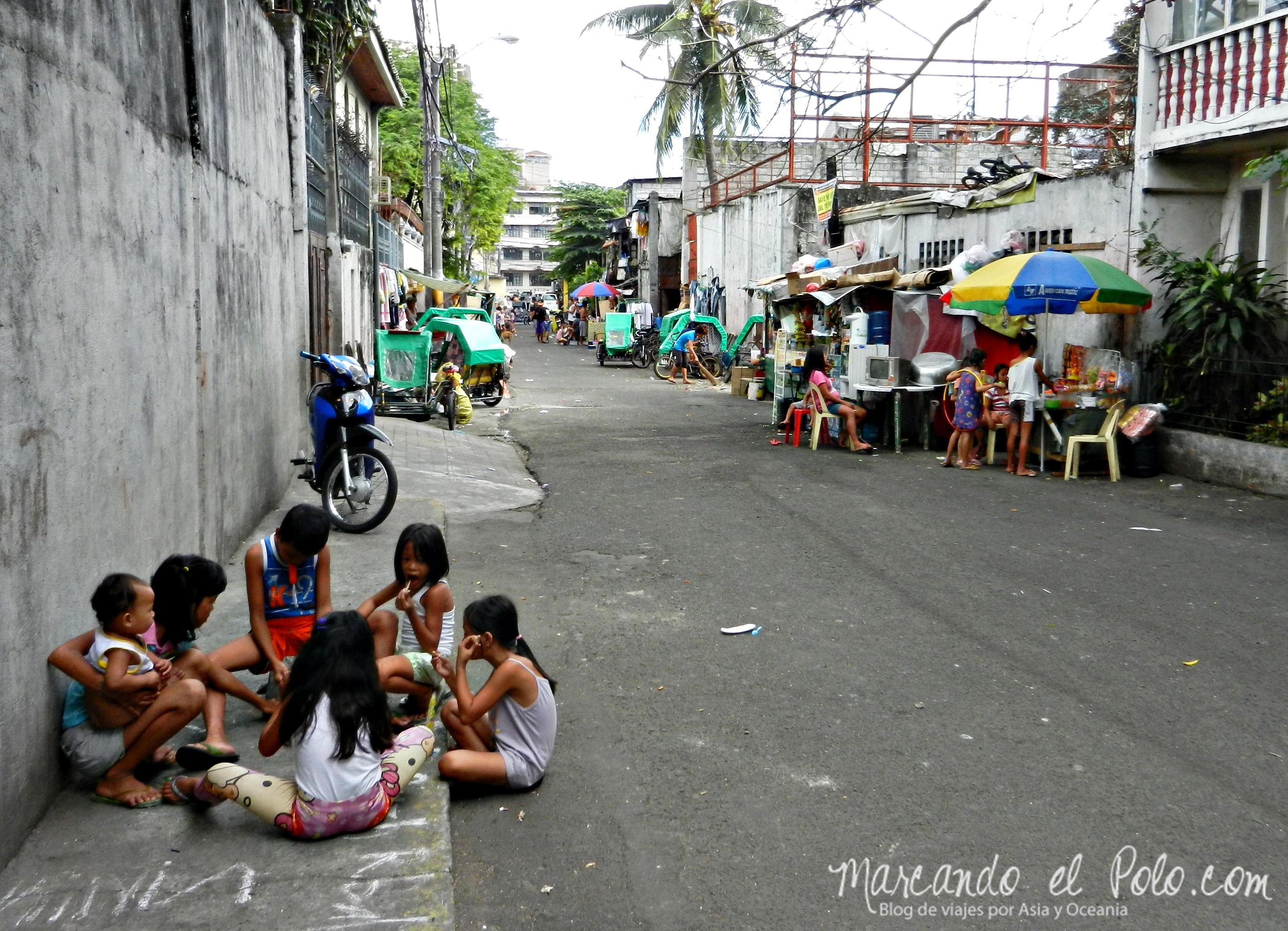 Nenes jugando en las calles de Manila, Filipinas.