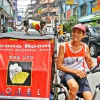 Curioso  parajero del pedicab en Chinatown.