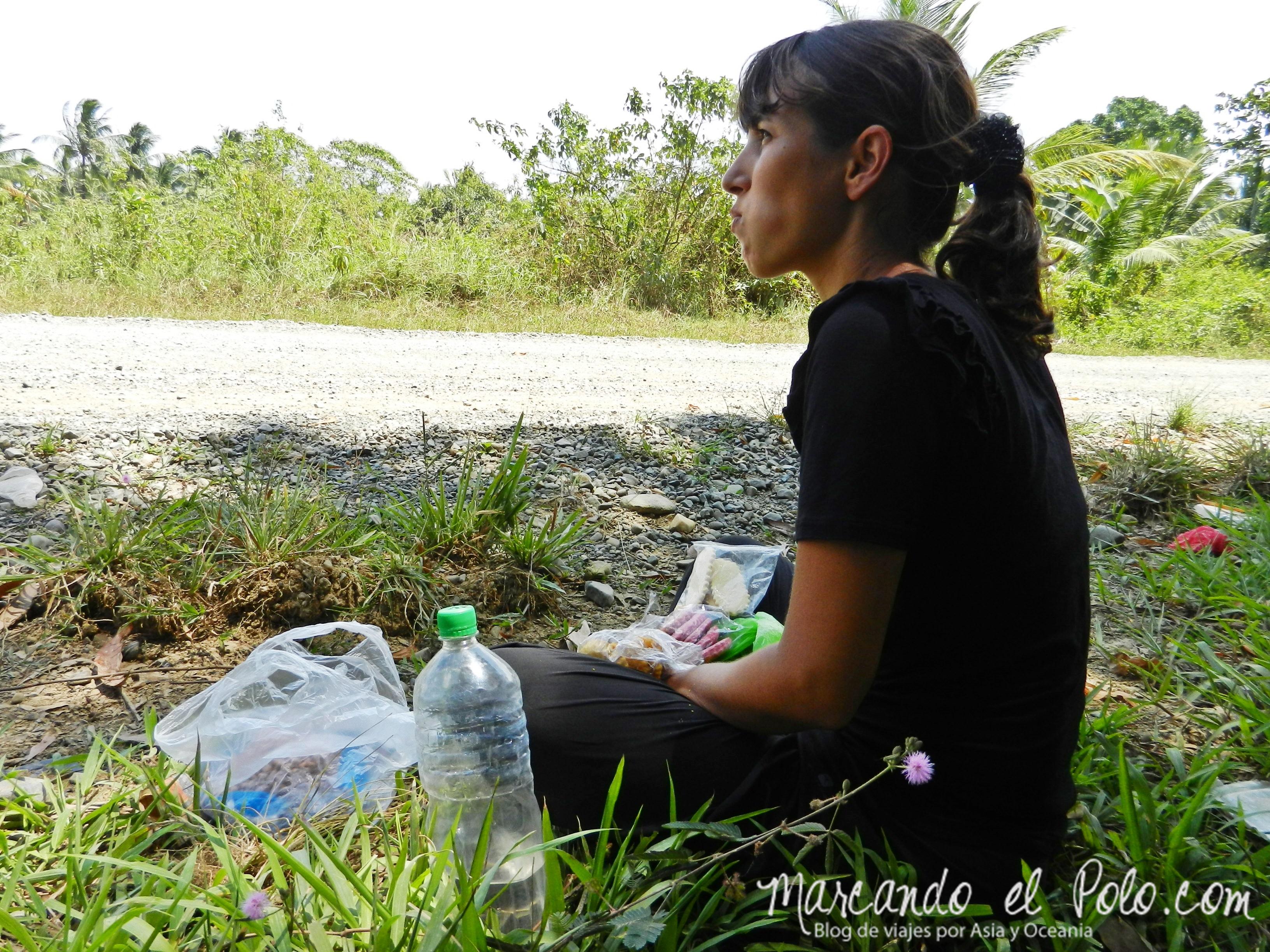 Viajar a dedo en Filipinas: picnic al costado de la ruta