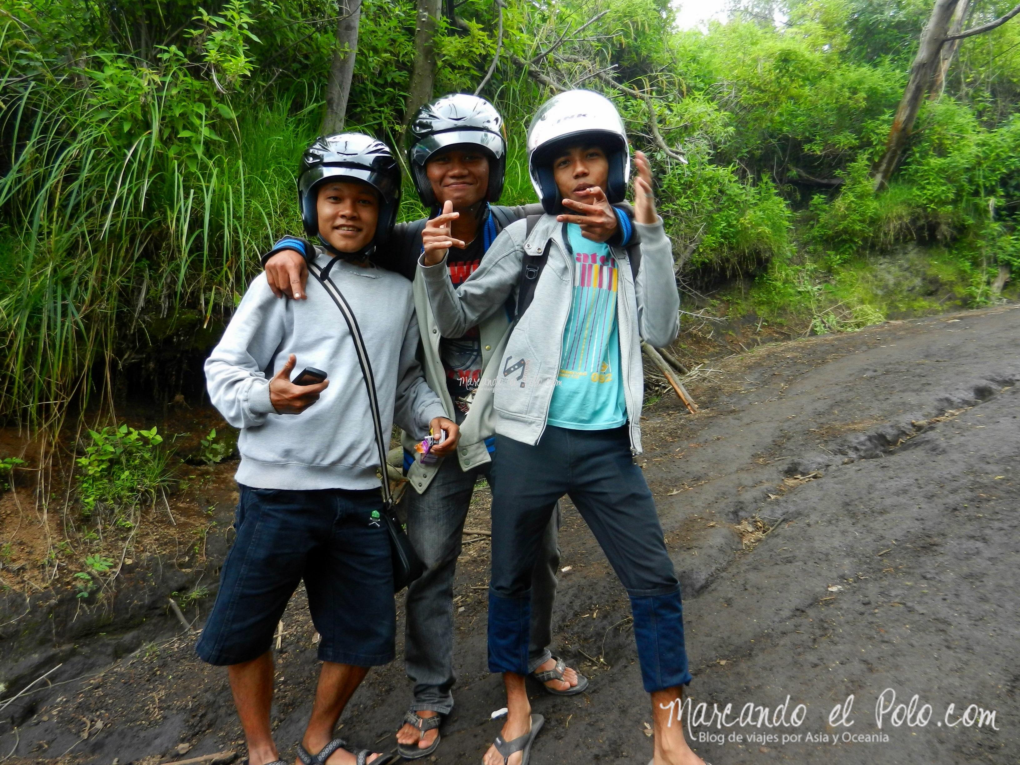 Los indonesios llevan el casco puesto a todos lados, incluso al volcán...