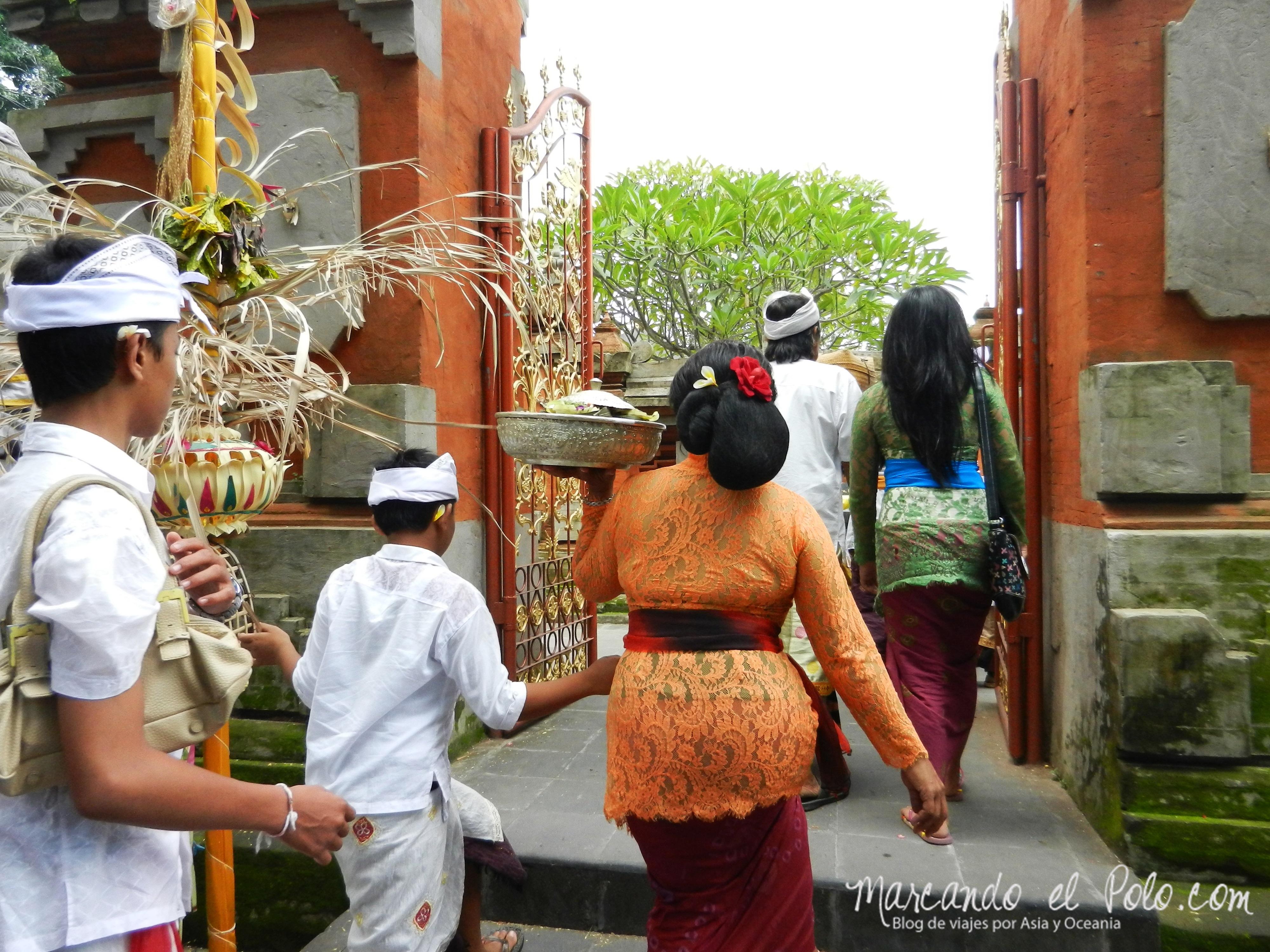 Entrada al templo en Galungan, Bali, Indonesia
