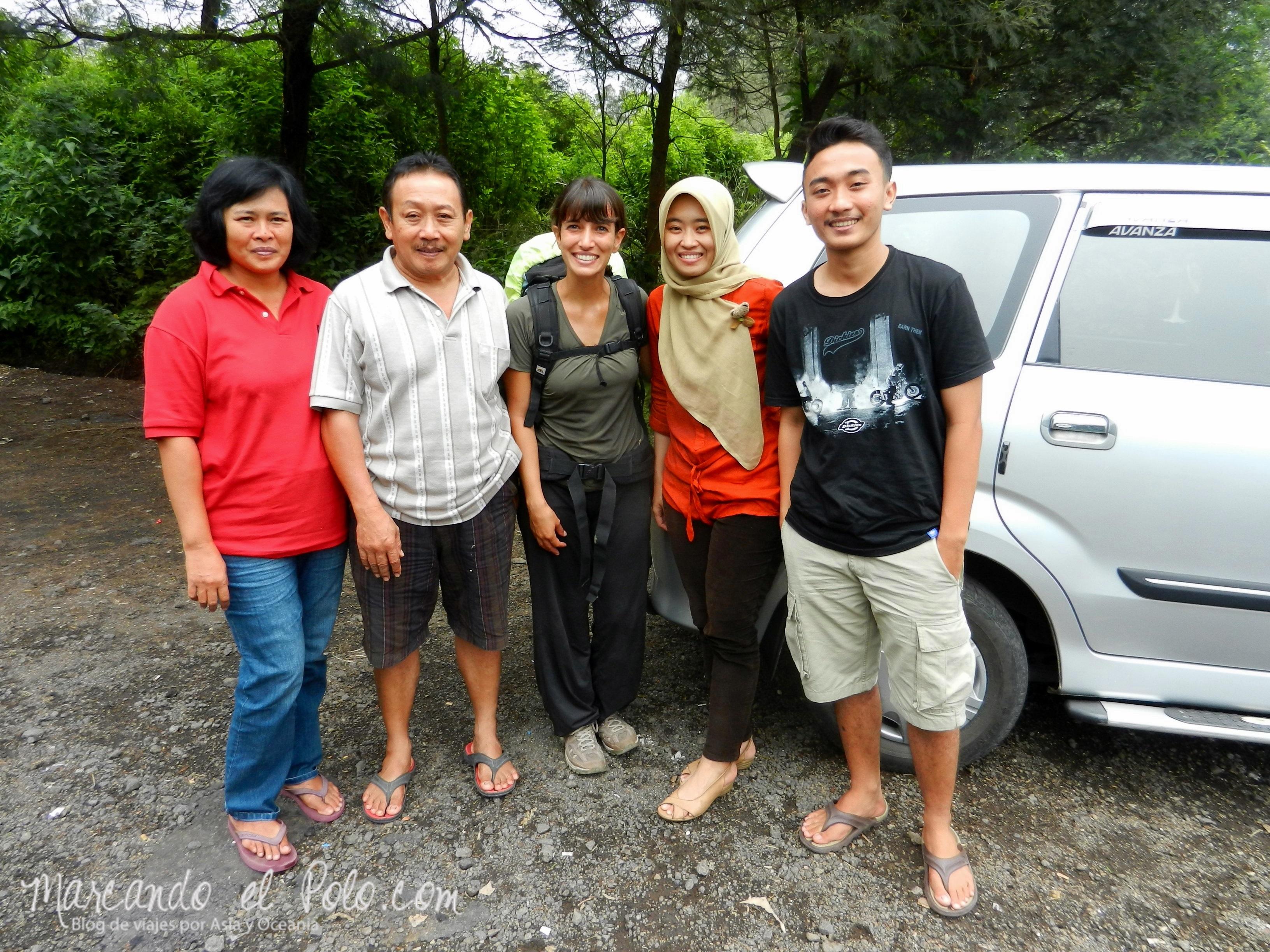 Familia que nos acercó hasta la base del volcán Ijen.