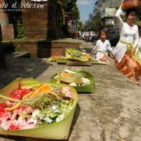 Ofrenda en templo, Denpasar, Bali, Indonesia