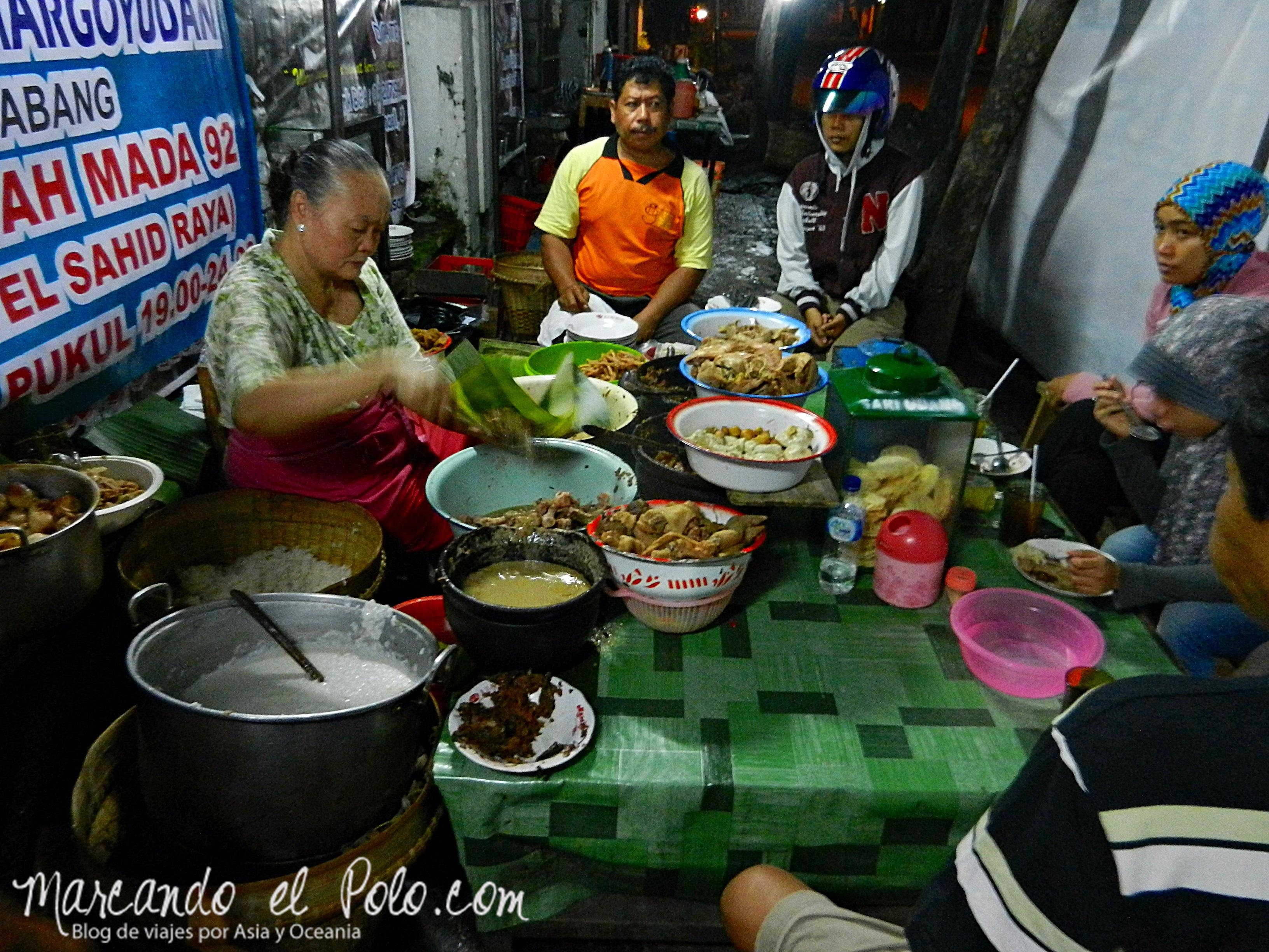 Esperando nasi gudeg en Solo, Java, Indonesia