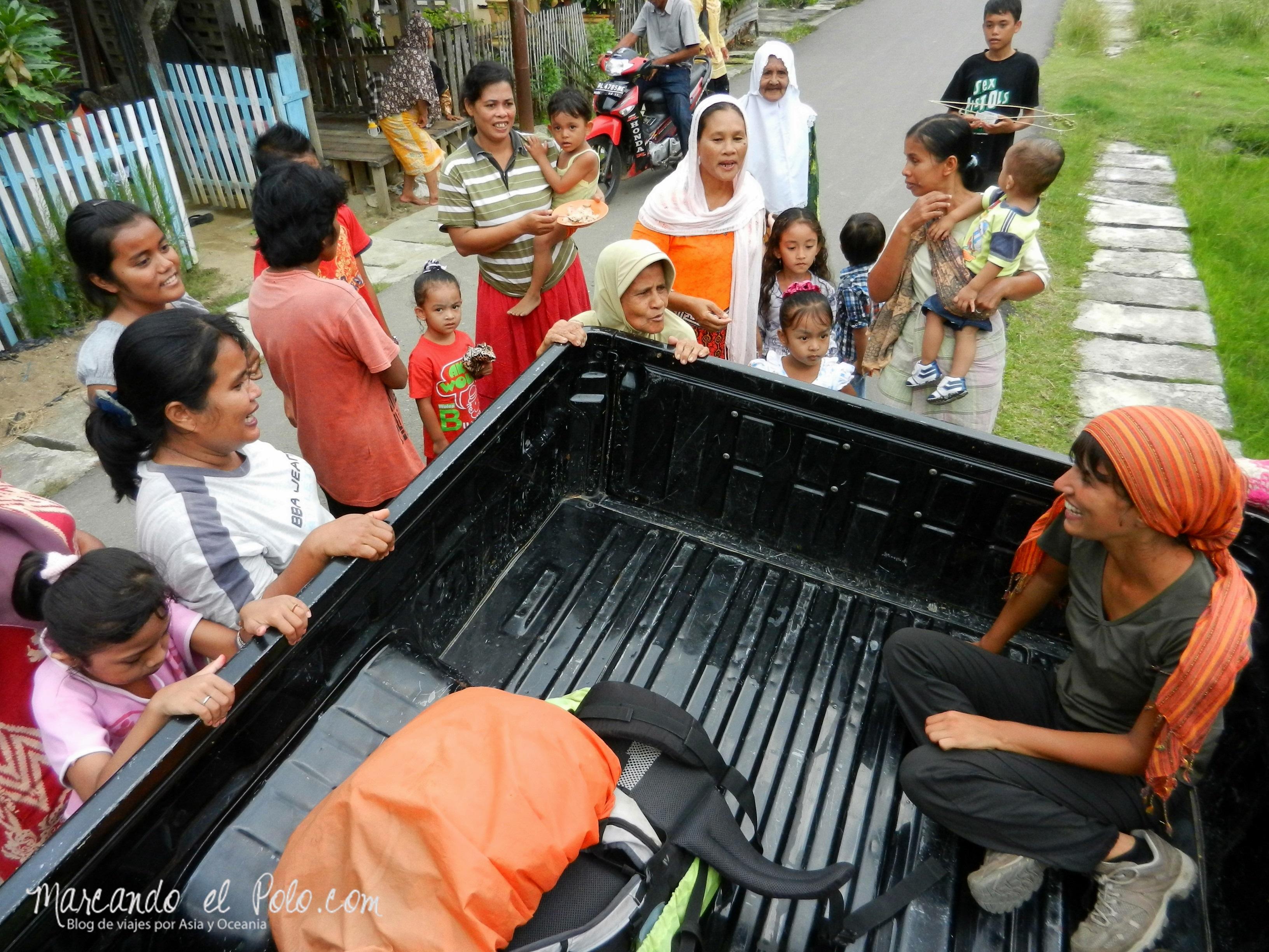 Gente mirando por hacer autostop en Indonesia