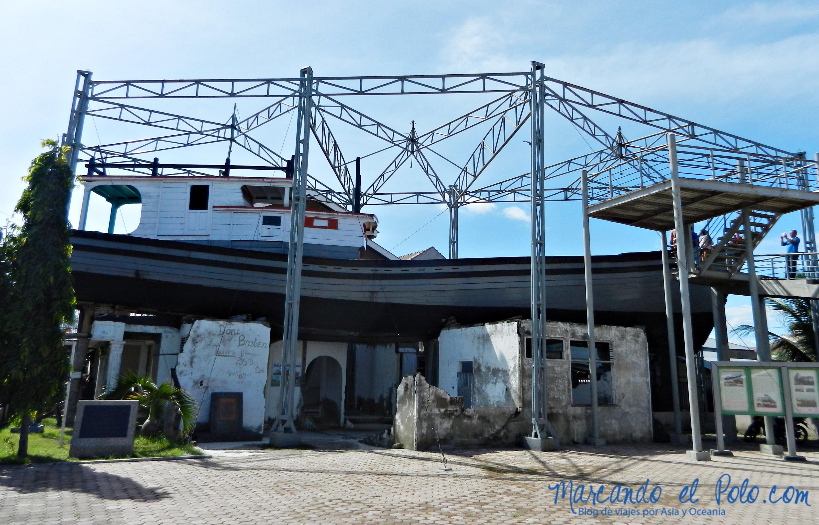Viajar a Indonesia - Banda Aceh barco arriba de casa