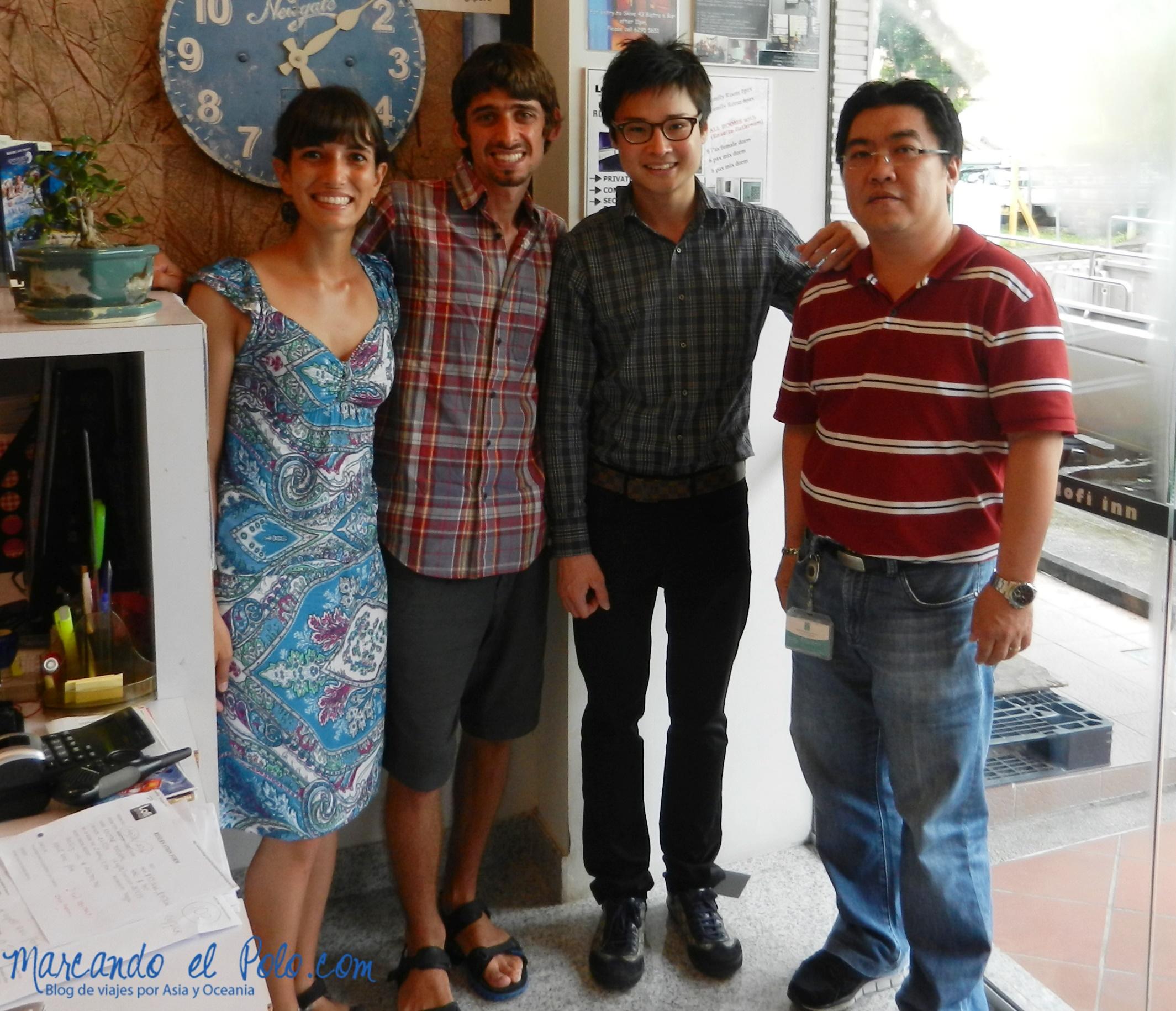 Con los dueños del hostel para el cual fuimos consultores en Singapur
