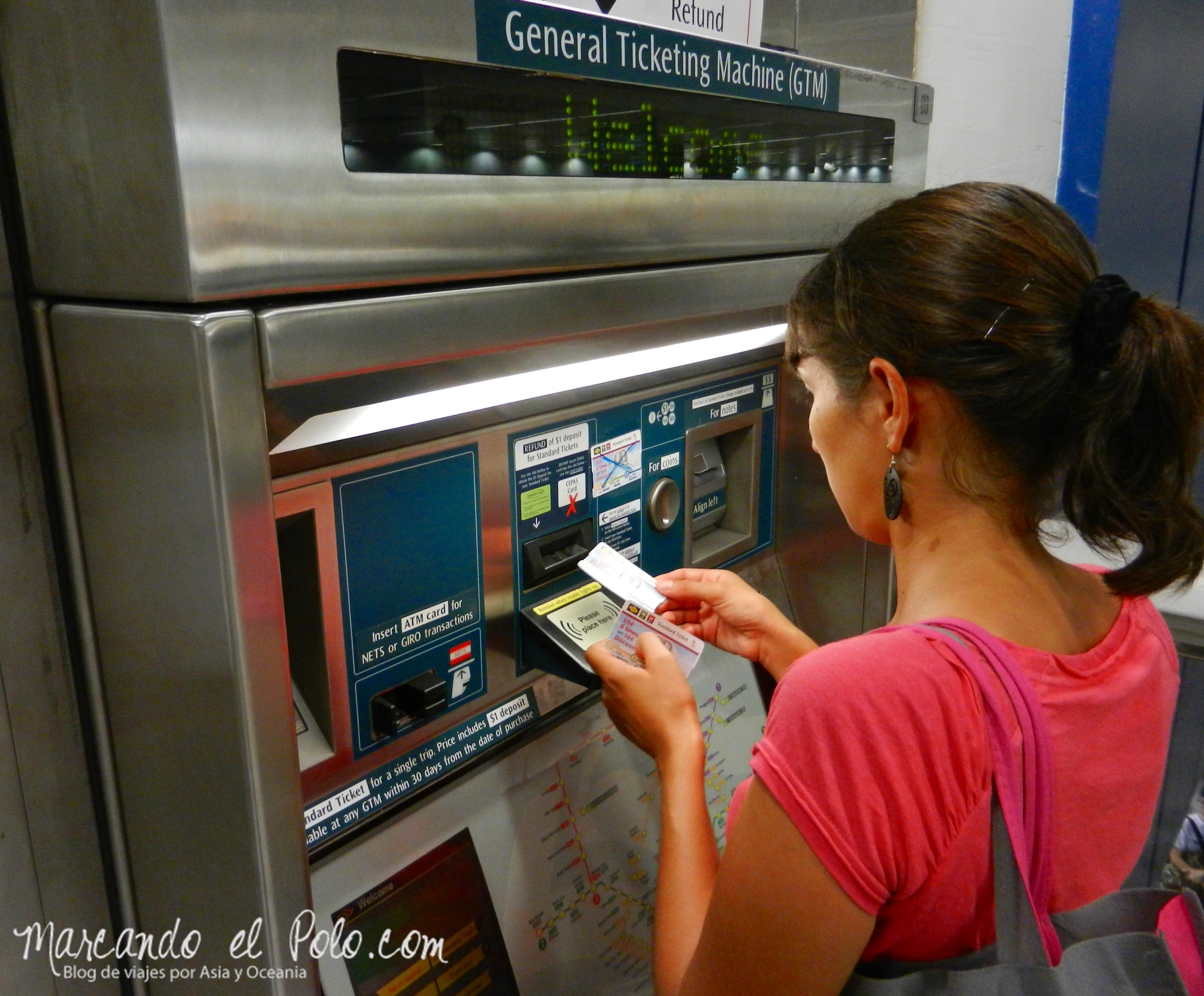 Sacando el ticket en el MRT.