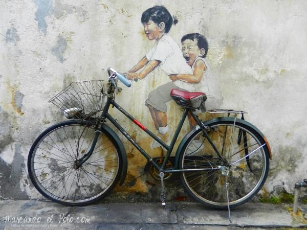 Arte callejero de Penang - Nenes en bicicleta