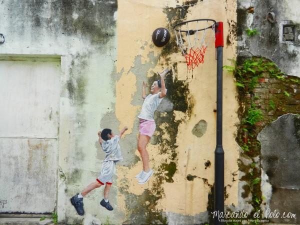Arte callejero de Penang - Children playing basketball