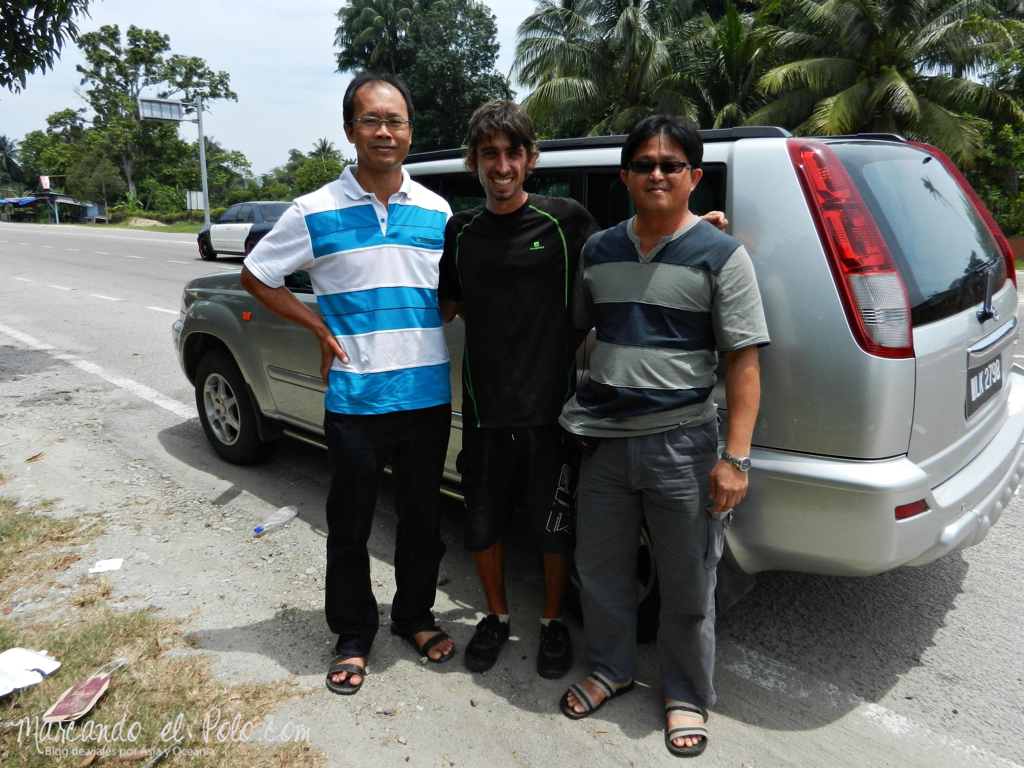 Con los dueños de una procesadora de pescados, quienes se desviaron 50 km para dejarnos en Kuala Besut.