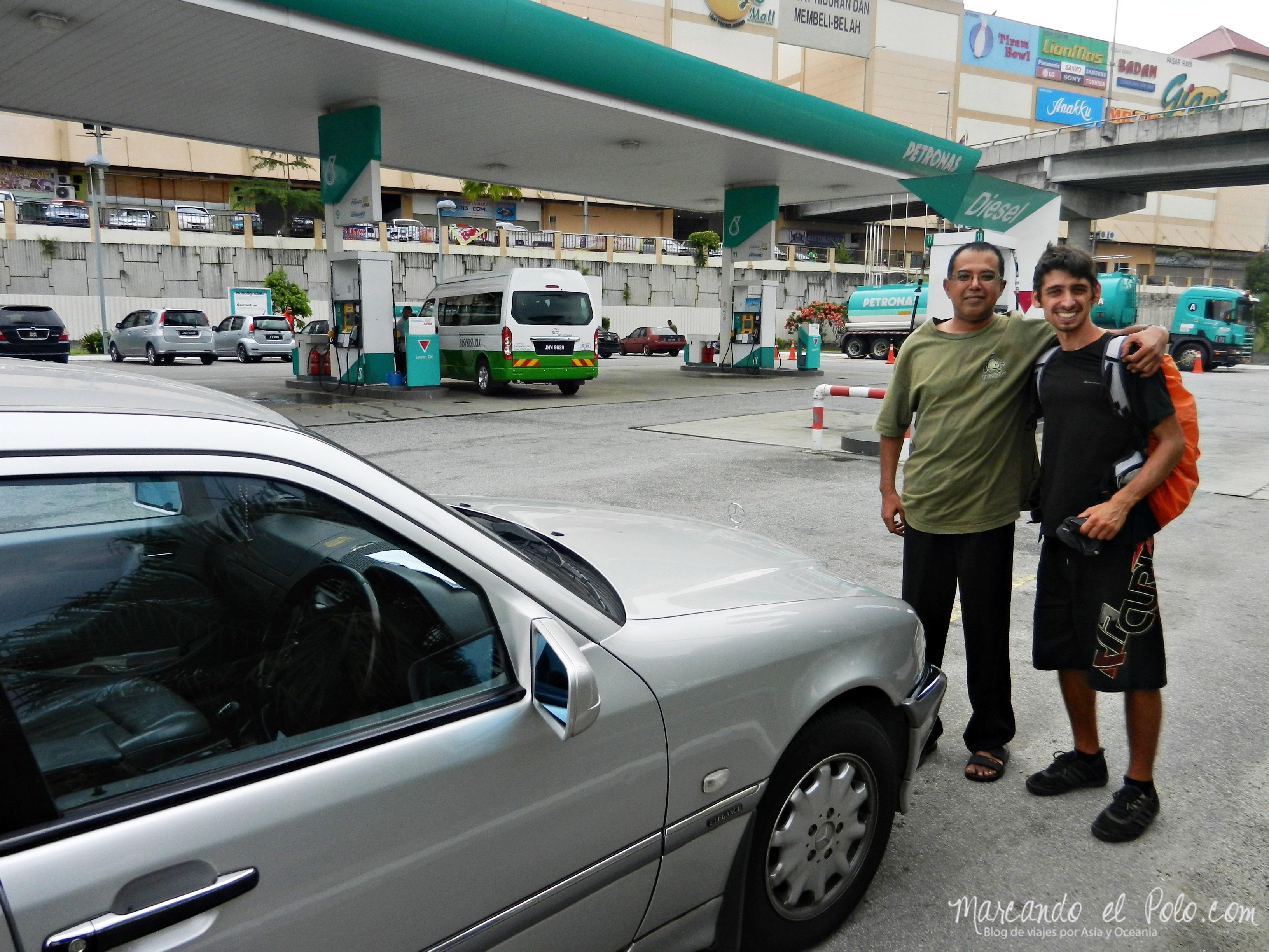 Nuestro primer auto en Malasia, camino a Mersing.