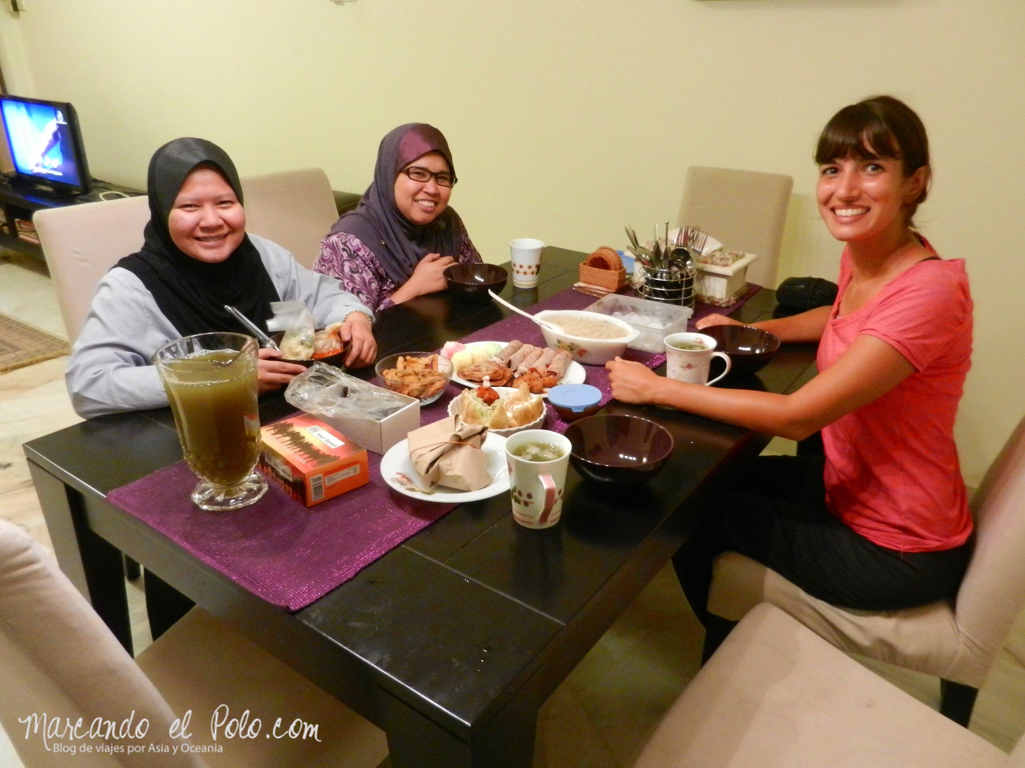 Fin del ayuno con Liana (centro) y Amy (izq.), Ramadan