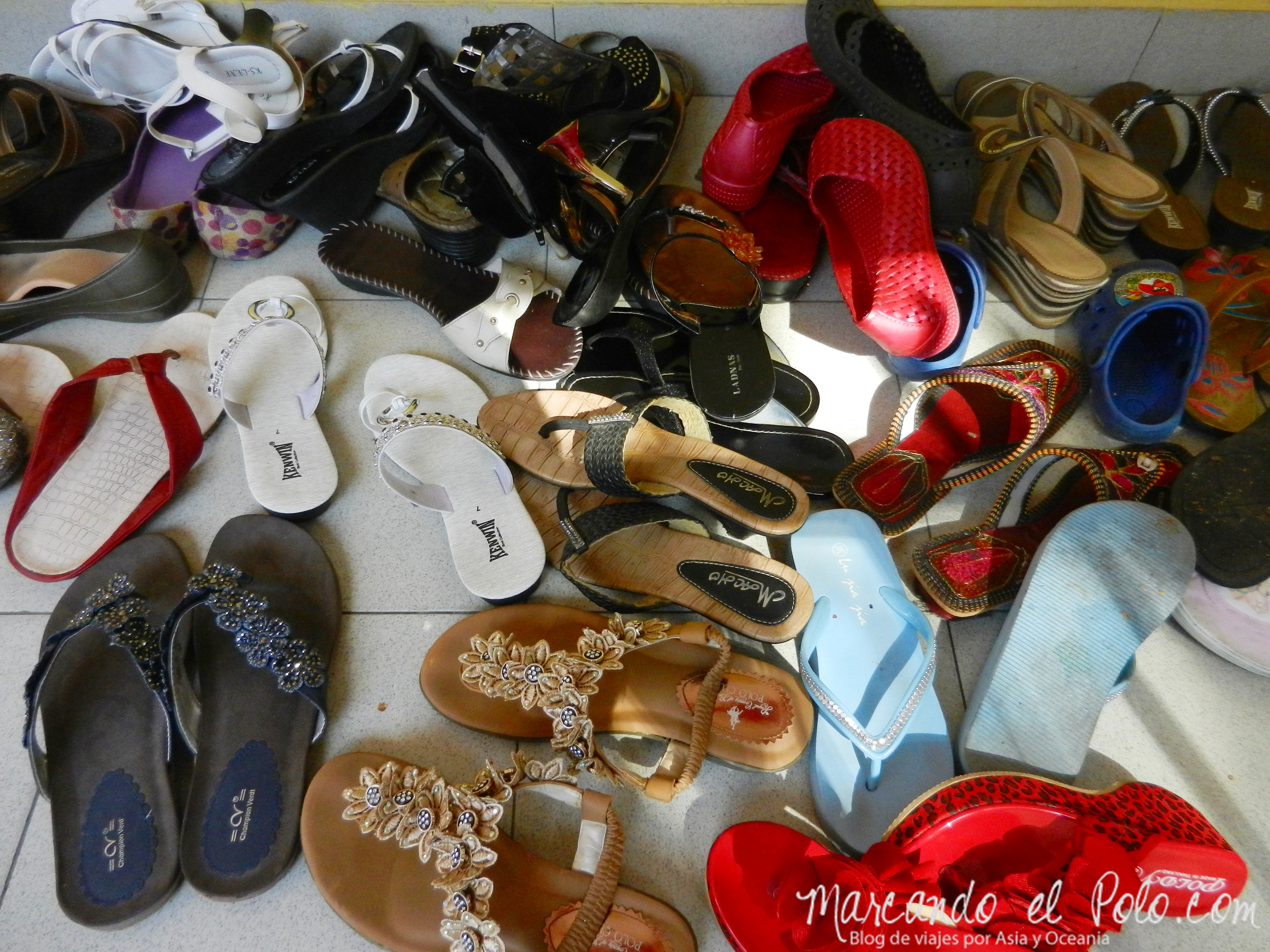 Para entrar al templo hay que sacarse los zapatos...
