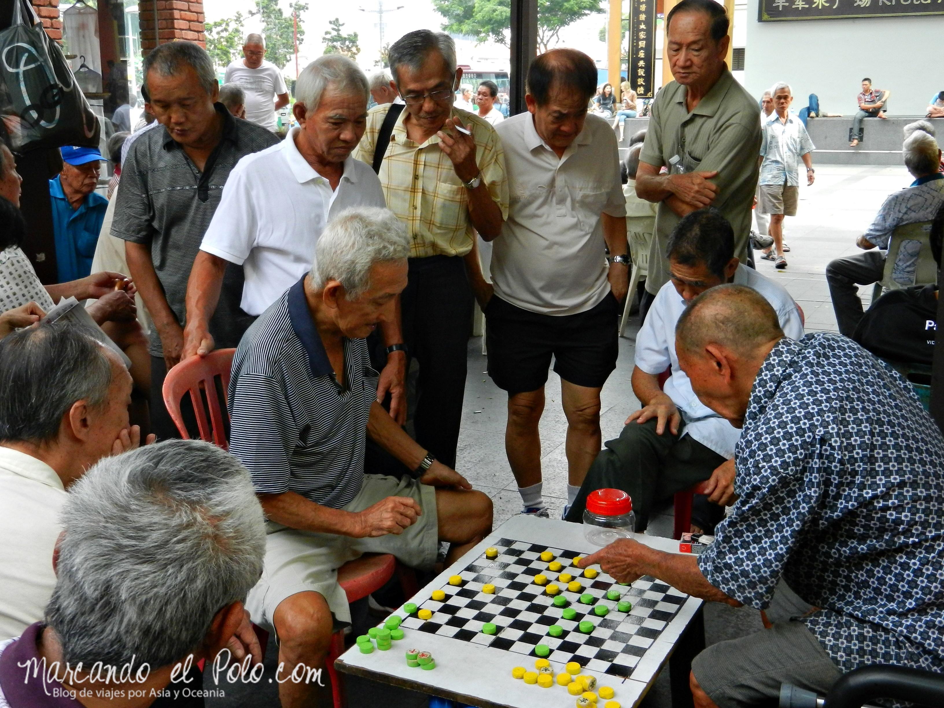 Hombres jugando en el barrio chino, Singapur, sia