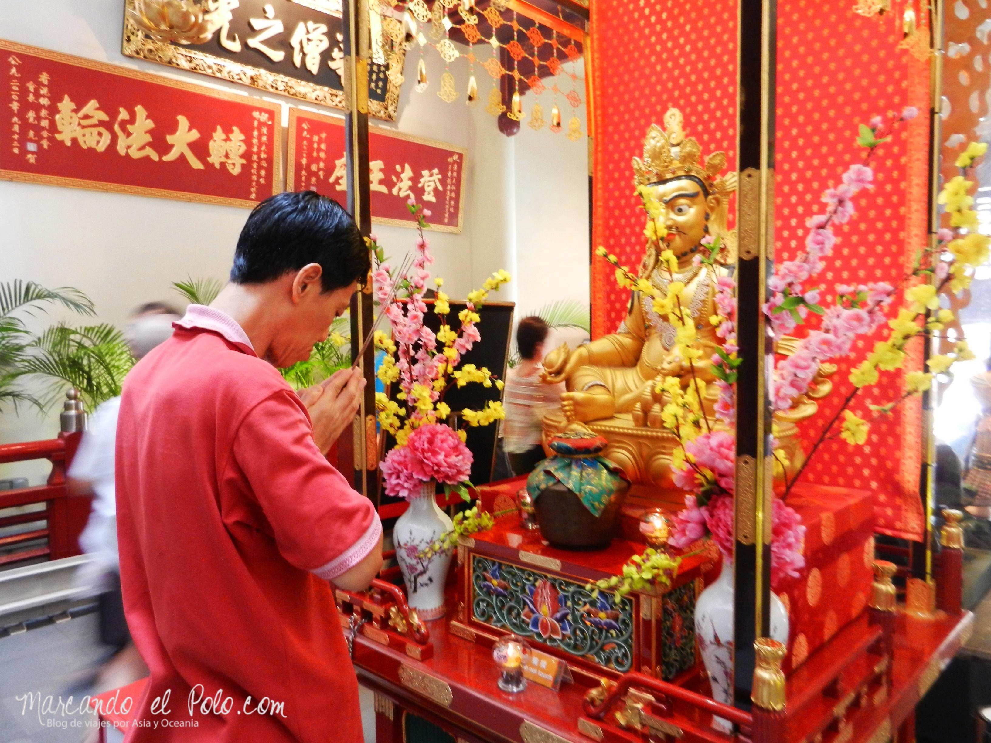 Rezando en el Templo Budista, Singapur, Asia