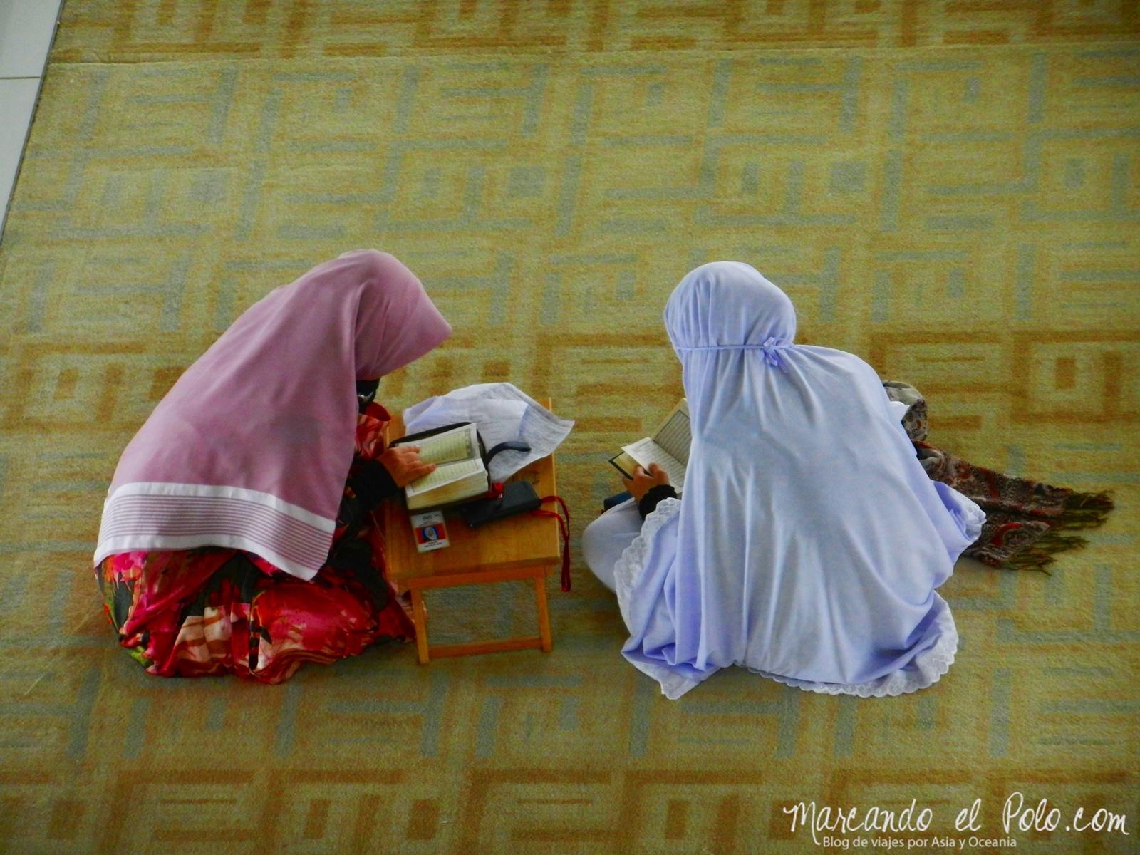 Jóvenes leyendo el Corán en la mezquita de Putrajaya