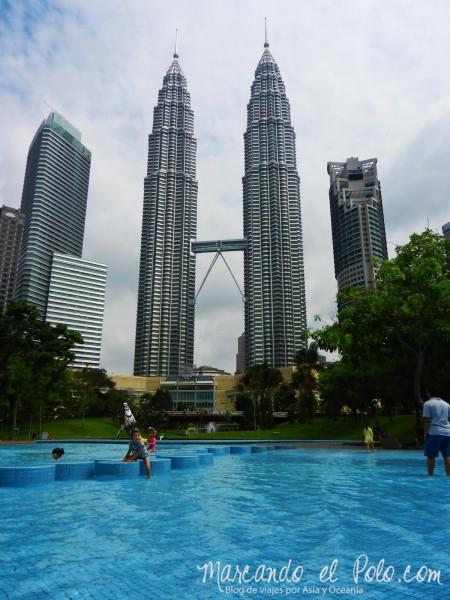 Itinerario viajar a Malasia: pileta gratis en el parque frente a las Petronas, Kuala Lumpur