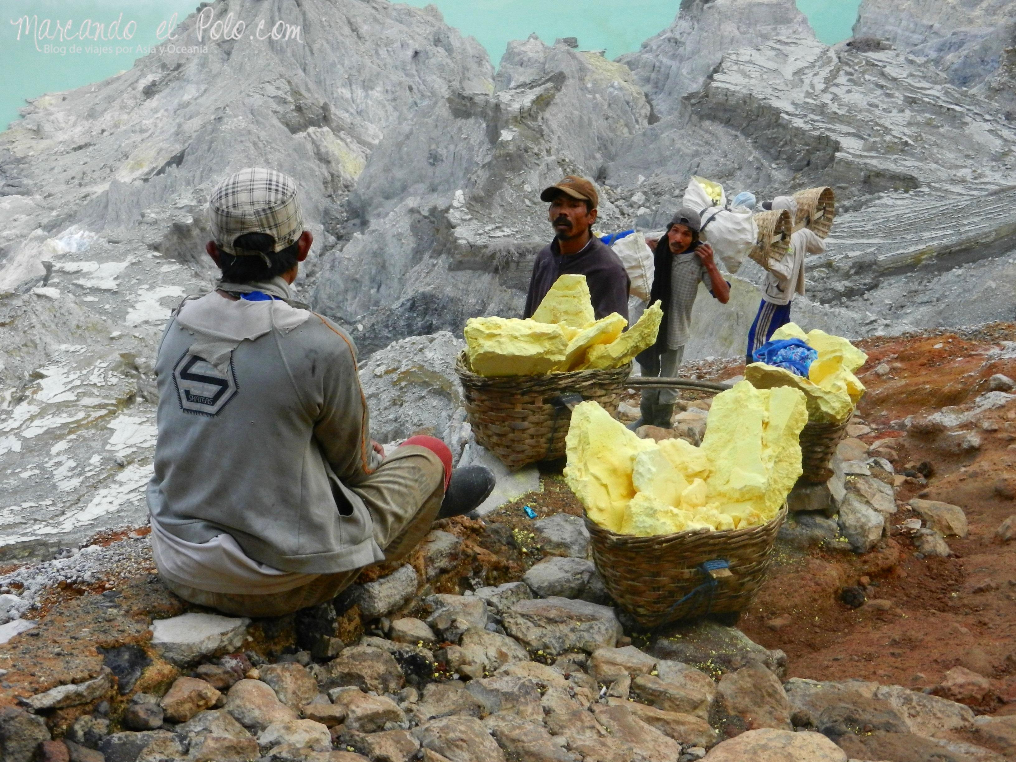 Viajar a Indonesia - Recolectores de azufre Kawah Ijen