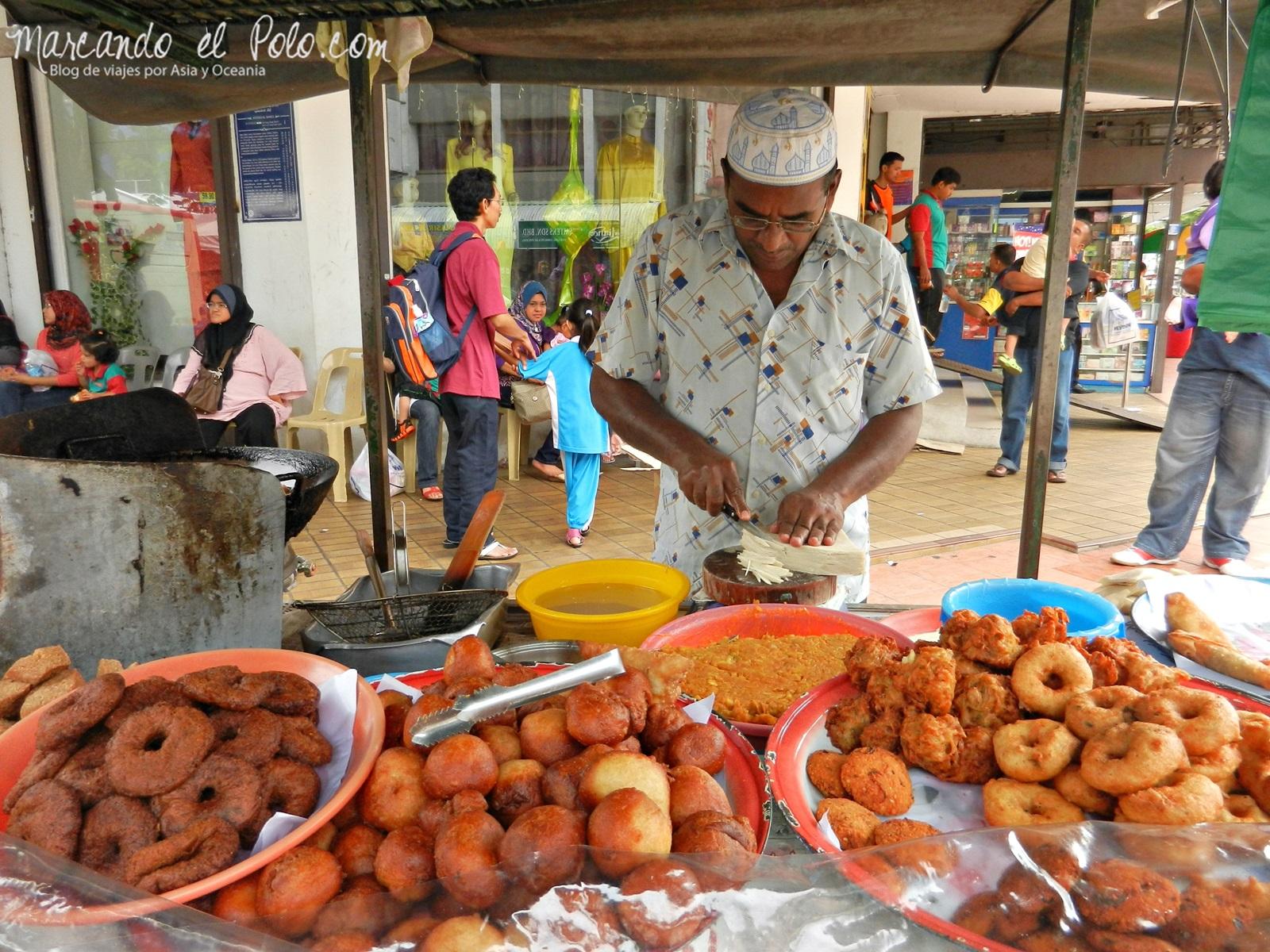 No te preocupes por pasar hambre en Malasia... siempre vas a estar cerca de un puestito de fritangas como este