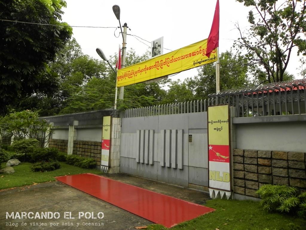 Puerta de la casa de Aung San Suu Kyi, lugar donde estuvo cumpliendo su arresto domiciliario