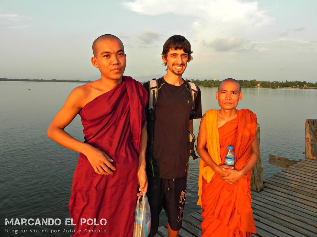Con los monjes estudiantes de inglés en Mandalay