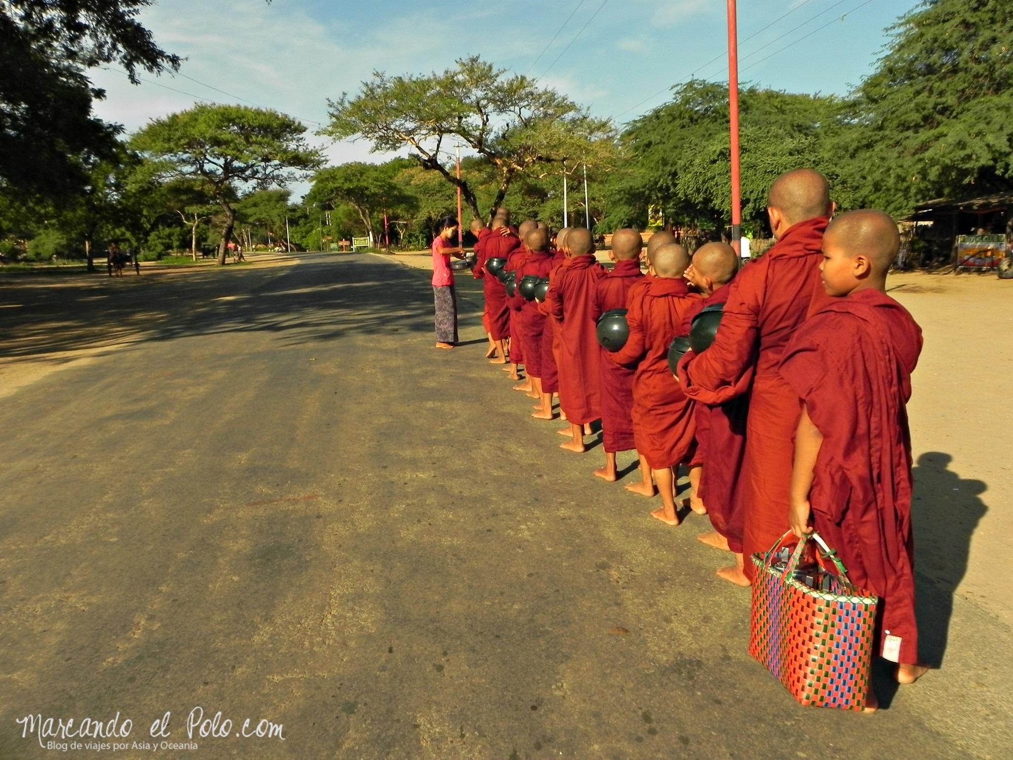 Ofrendas a monjes en Bagan - Curiosidades Myanmar