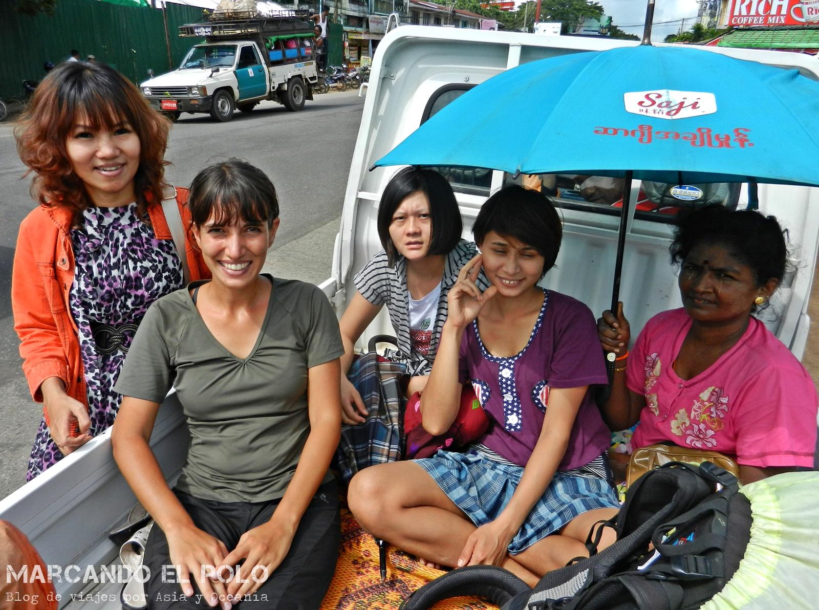 Viajar a dedo en Myanmar. Caja de camioneta