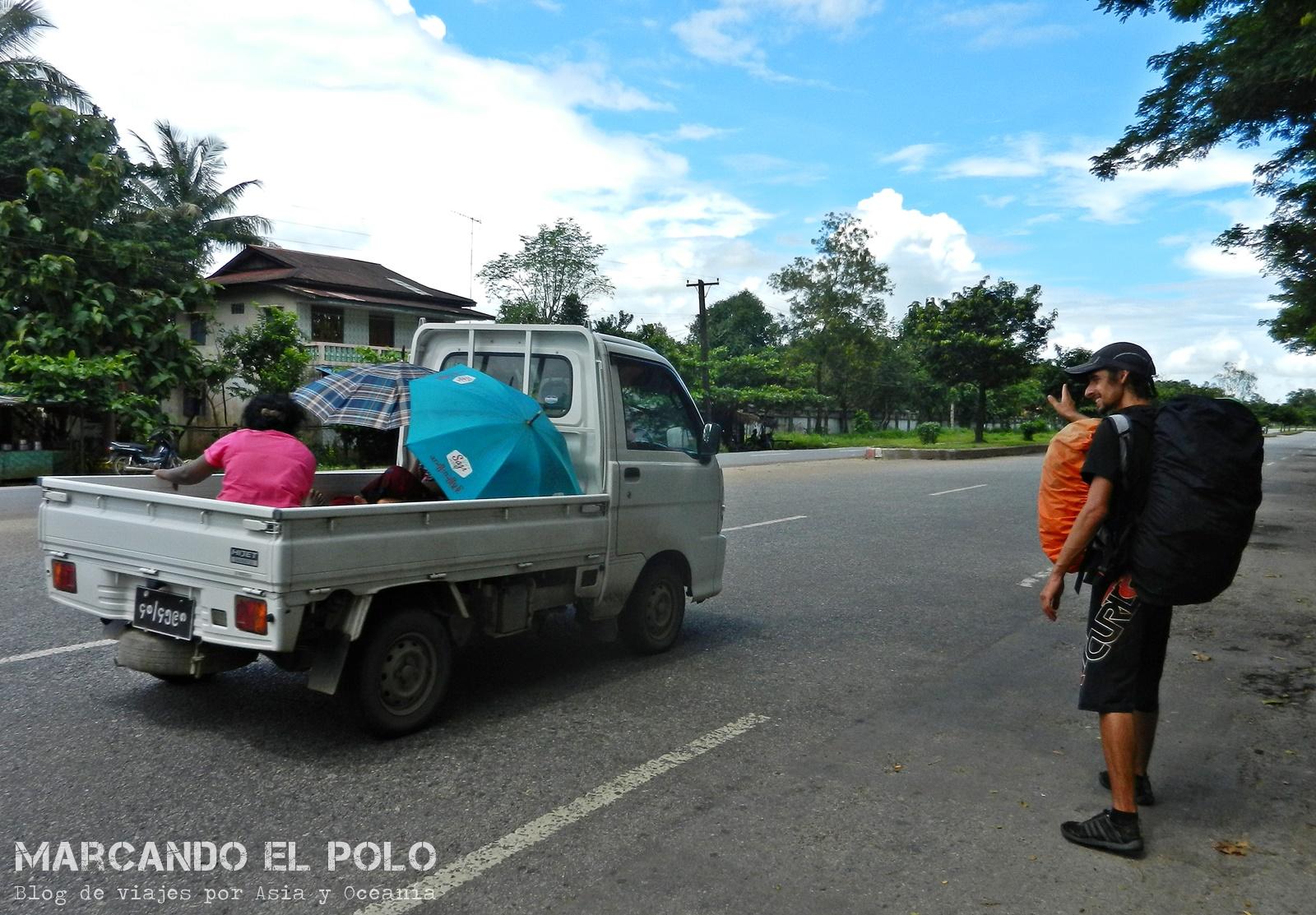 Viajar a dedo en Myanmar. Frenando autos en la ruta