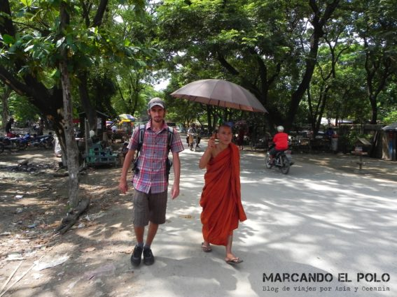 Caminando con el monje, Mandalay, Myanmar