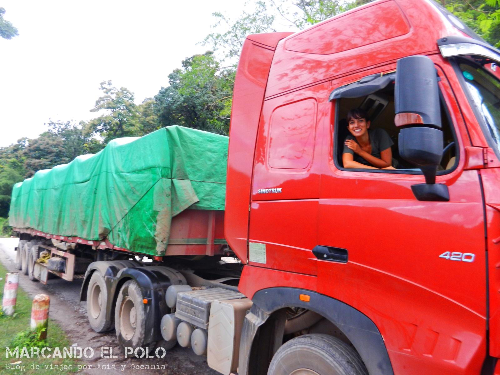 Viajar a dedo en Myanmar. Camiones modernos