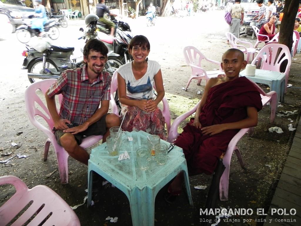 Budismo en Myanmar: reunidos con monje