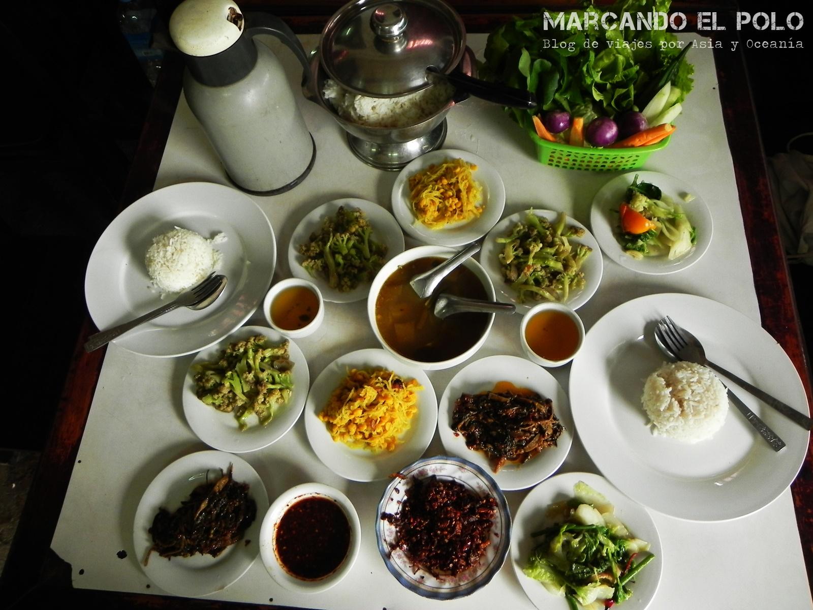 La comida en el restaurante donde teníamos a tres mozos sólo para nosotros...
