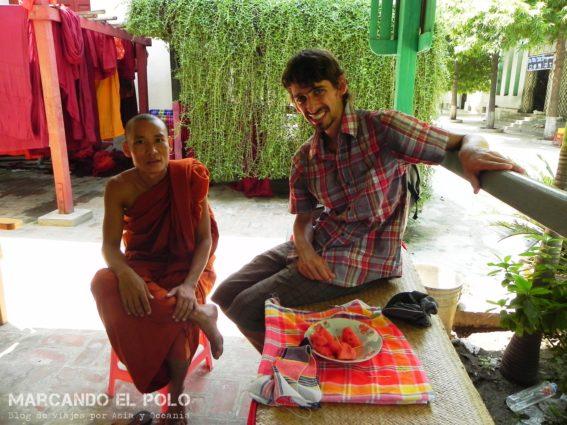 Con el monje en el monasterio, Myanmar