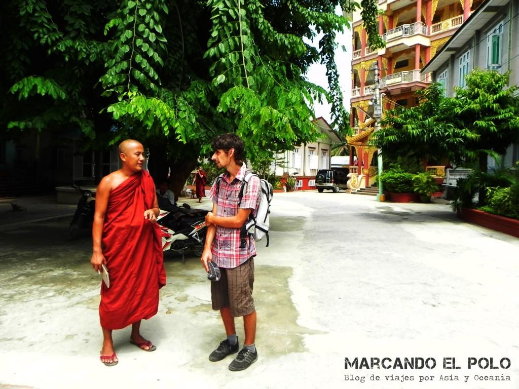 Monjes en el monasterio de Mandalay