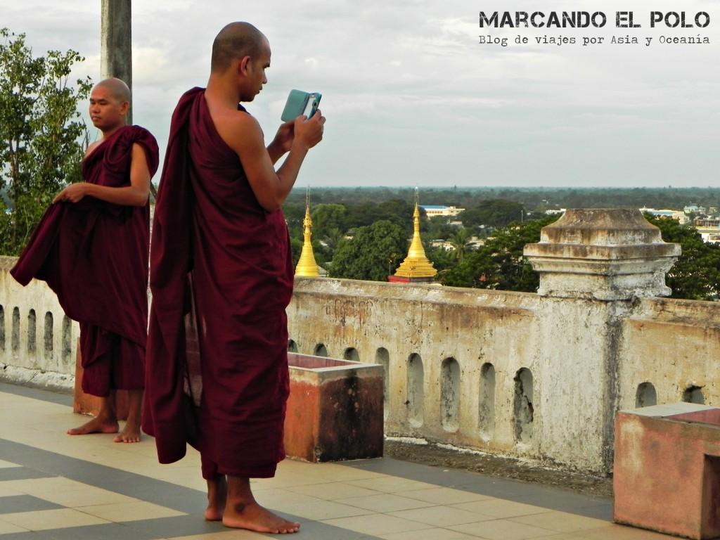 Budismo en Myanmar: monje con iphone
