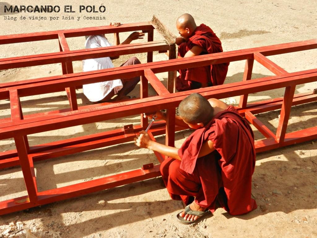Monjes trabajando en Bago, Myanmar