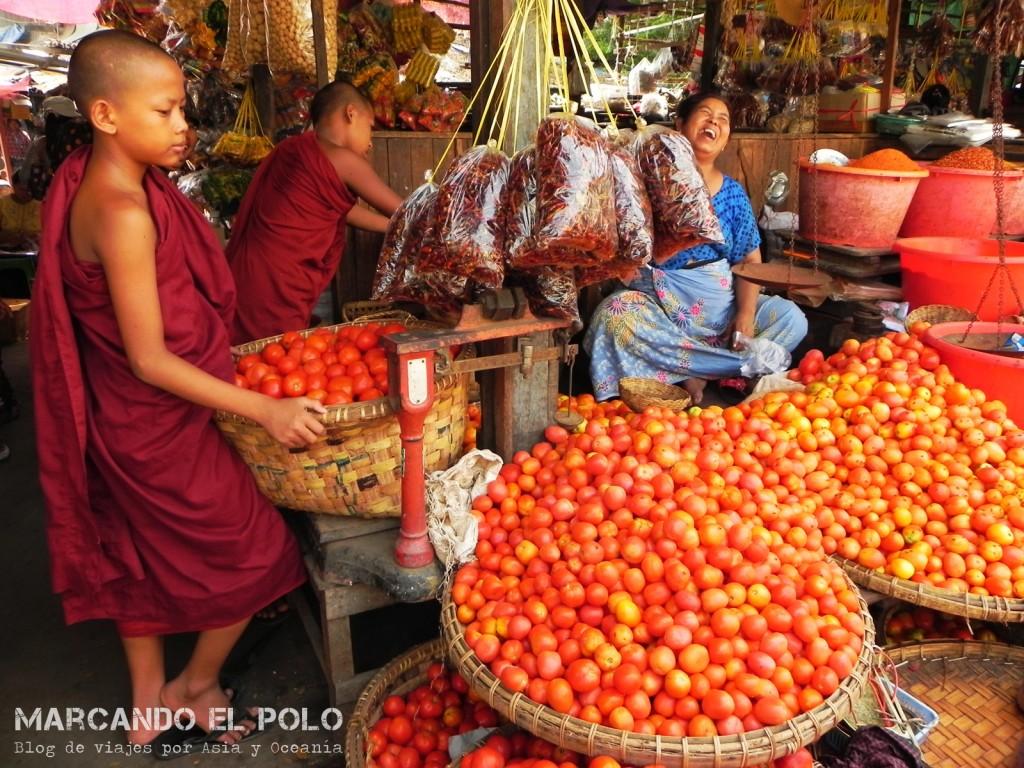 Budismo en Myanmar: monjes en mercado