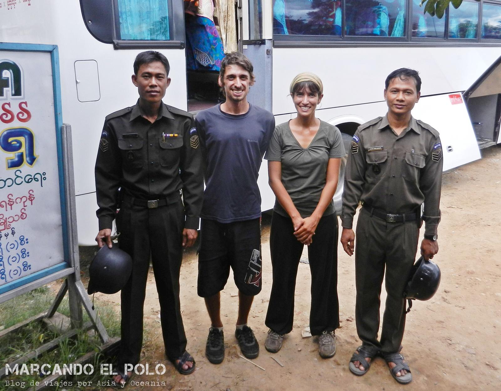 Viajar a dedo en Myanmar. Los policías nos hicieron tomar bus