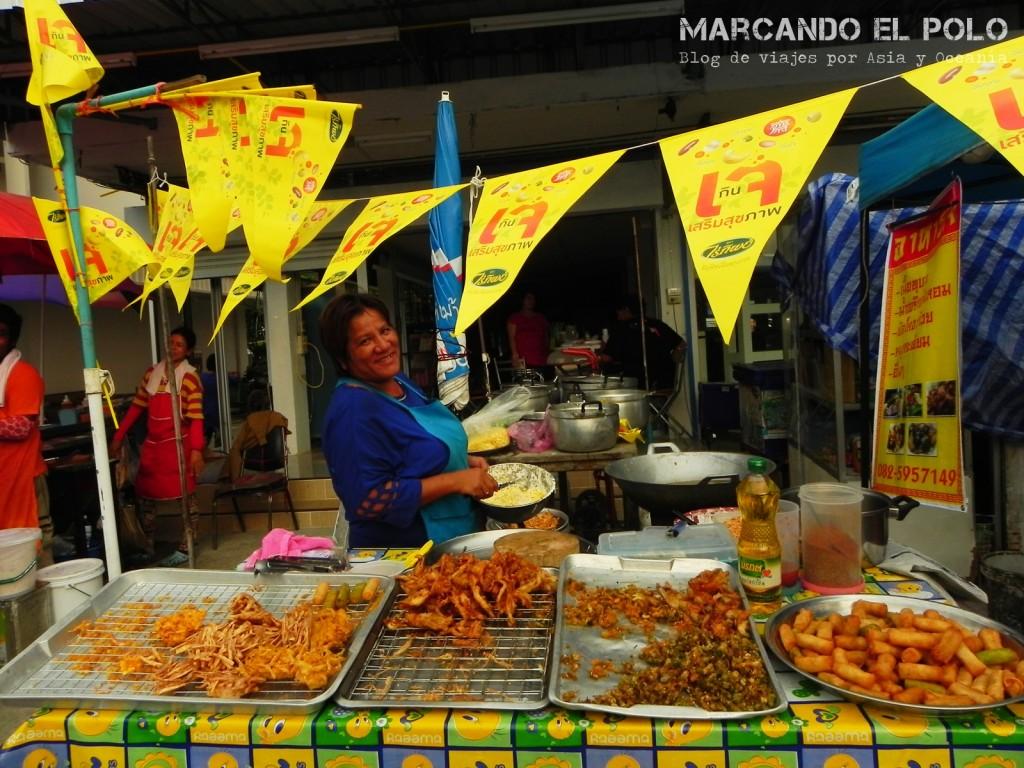 Banderines amarillos que indican los puestos y restaurantes vegetarianos