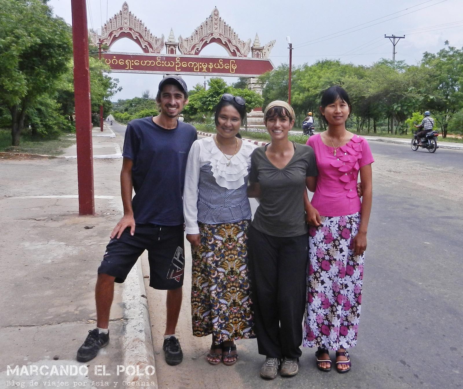 Viajar a dedo en Myanmar. Chicas que nos levantaron
